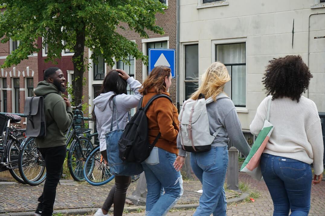 De studenten Business Psychology lopen naar school
